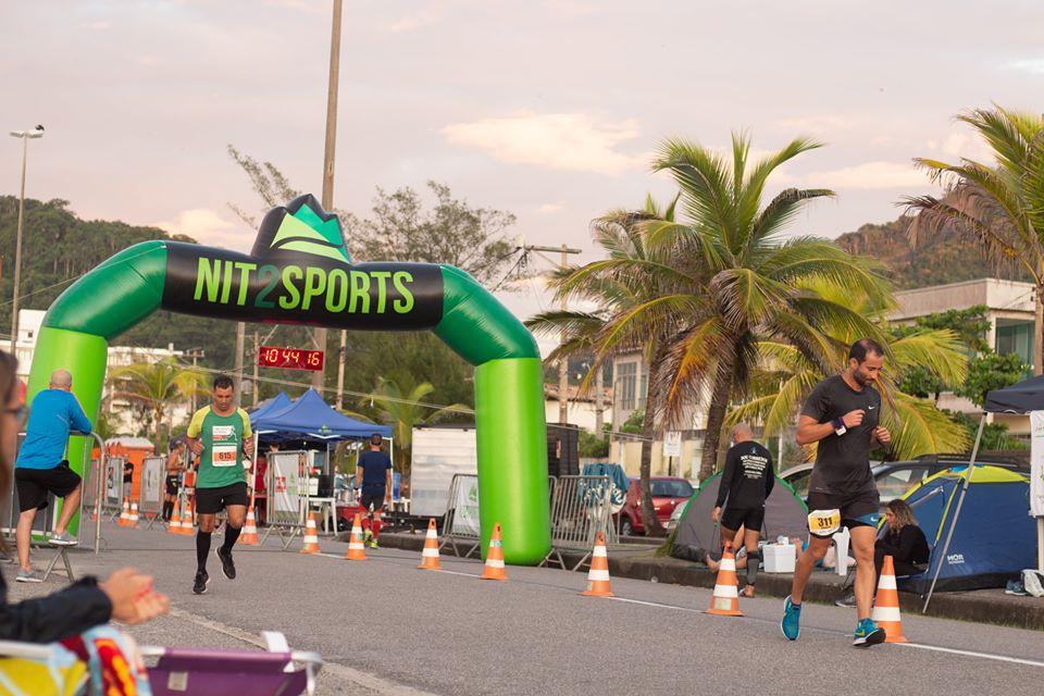 Corredores se desafiam na Nit Ultra Run 12h, na Praia de Piratininga, em Niterói